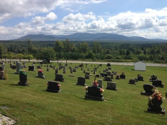 À partir du cimetière, une vue prenante en direction du Parc national du Mont-Mégantic.