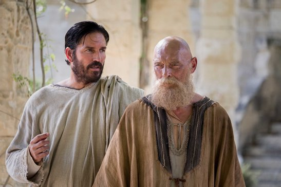 Luc (Jim Caviezel) et Paul (James Faulkner)