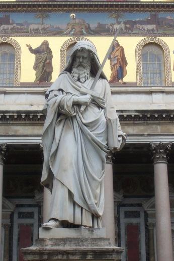 Statue de saint Paul devant la façade de la basilique