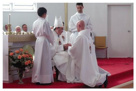 Onction des mains avec le saint chrême
